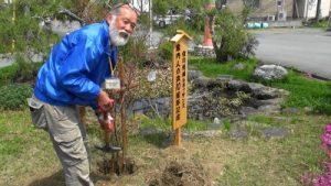 記念植樹する巽幸則会長