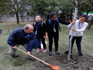 子ども達と記念植樹